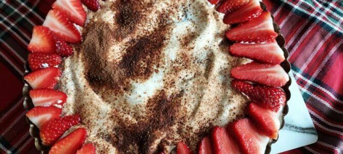 Křehký koláč sčokoládou, zakysanou smetanou alesním ovocem – recept