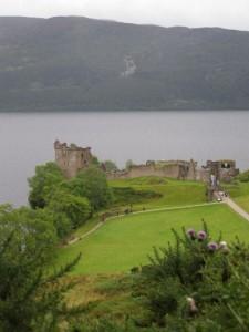 Urqath Castle na břehu jezera Loch Ness