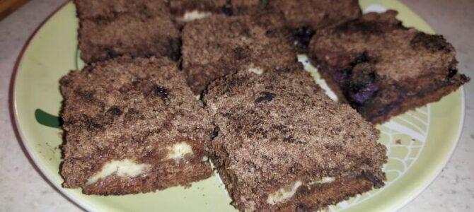 Litý koláč stvarohem, borůvkami akakaem – recept
