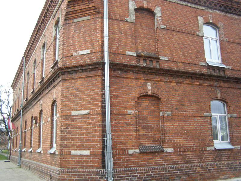 cihlové domy se ve městě také hodně opakují - ze sídlí Liepaja Muzeum