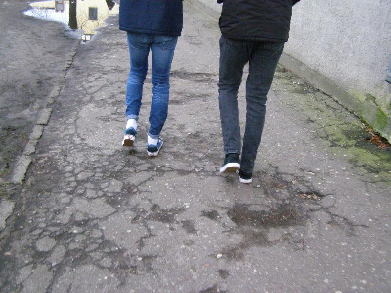 místní pánská móda - ohrnuté džíny, bílé ponožky a botasky