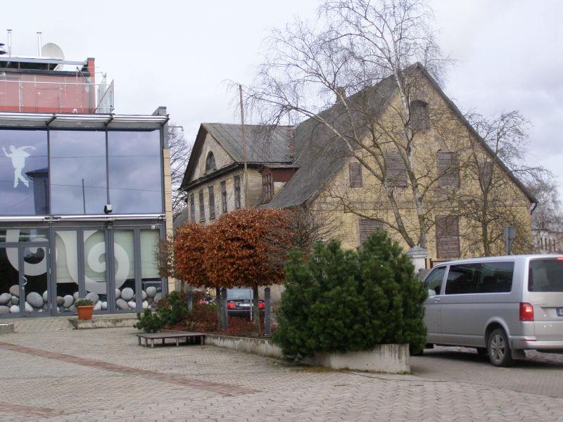 vedle sebe stojí moderní budovy a ty staré dřevěné
