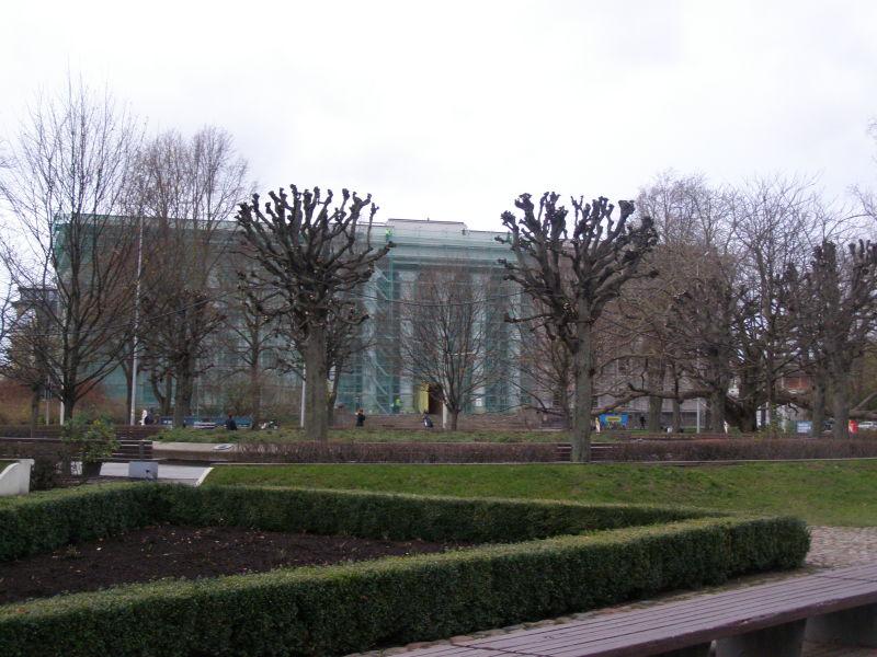 pod zeleným lešením se ukrývá univerzita