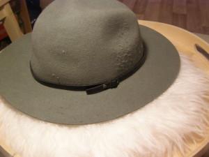 klobouk - trochu mi ho podrápal pruhovaný zmetek