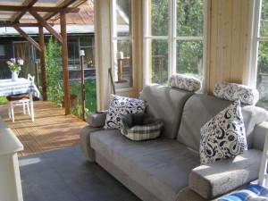 Frankie chrupe na verandě
