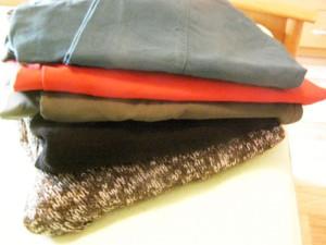 kalhoty a svetry - navrchu  jsou ty petrolejové, ale foťák vůbec nezvládl barvu...