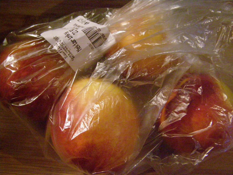Ovoce mám moc ráda, a tak mi toho v košíku skončilo dost. Třeba nektarinky...