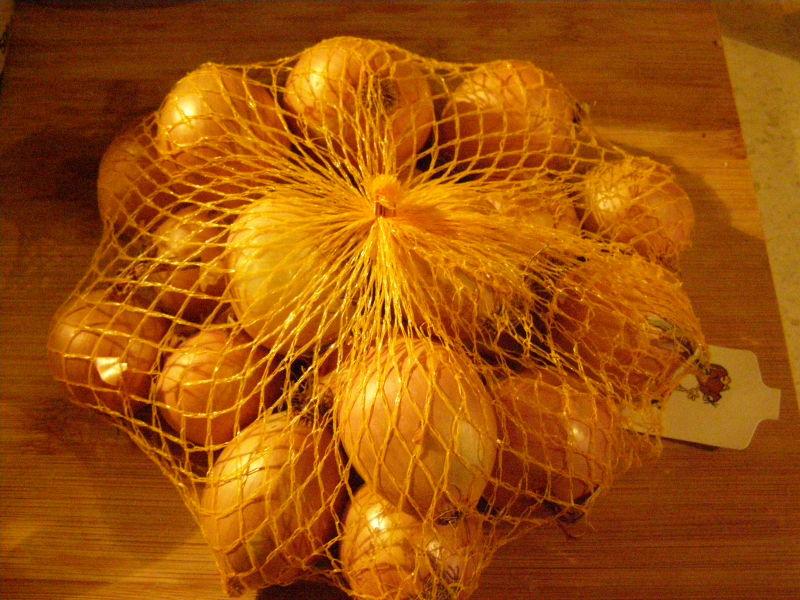 Cibule - pořád sháním malé cibulky, protože ty velké jsou prostě moc velké a mně do pomazánek nebo do jídla stačí jen jedna malá.